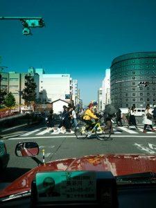 คนข้ามถนน จักรยาน ได้สิทธิมากกว่ารถยนต์ ไม่มีสะพานลอยให้ลำบาก